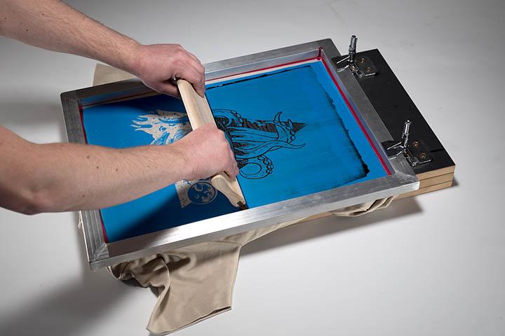 Passage de la raclette sur l'ancre sérigraphie machine